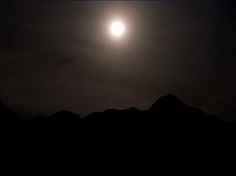 Raquetes de neu amb lluna plena